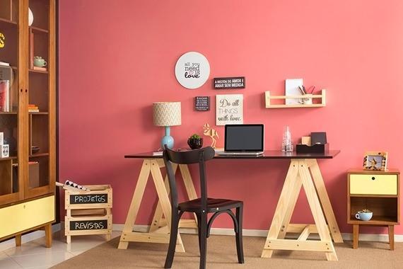Escritório com parede rosa