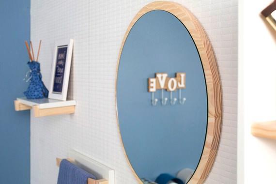 Espelho oval no banheiro