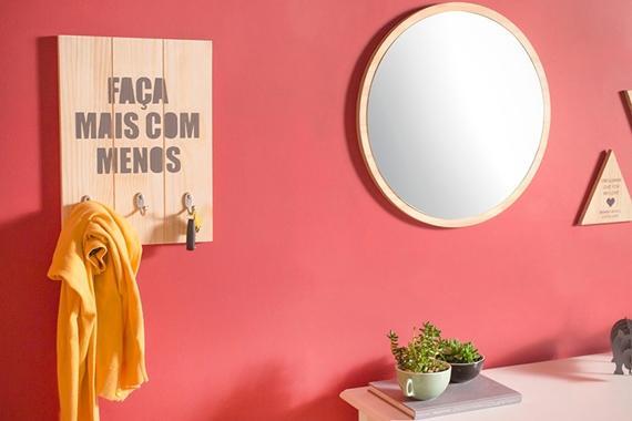 Cabideiro e espelho no hall de entrada