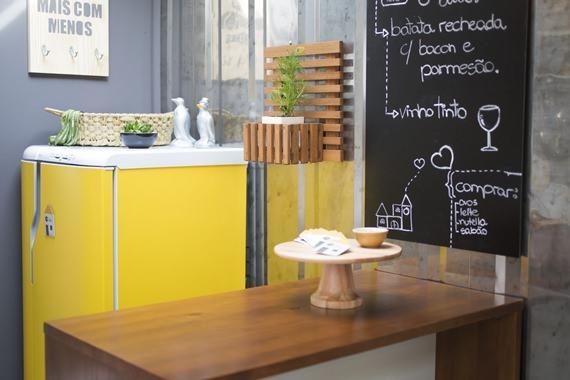 Geladeira colorida na cozinha