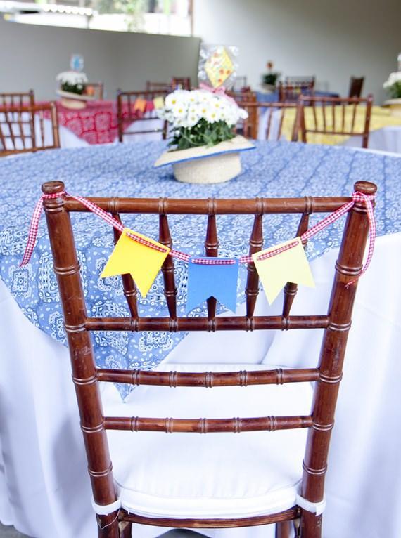 Cadeira decorada com bandeirinhas