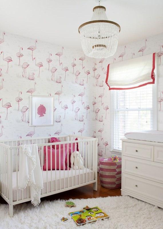 Quarto do bebê com papel de parede de flamingo