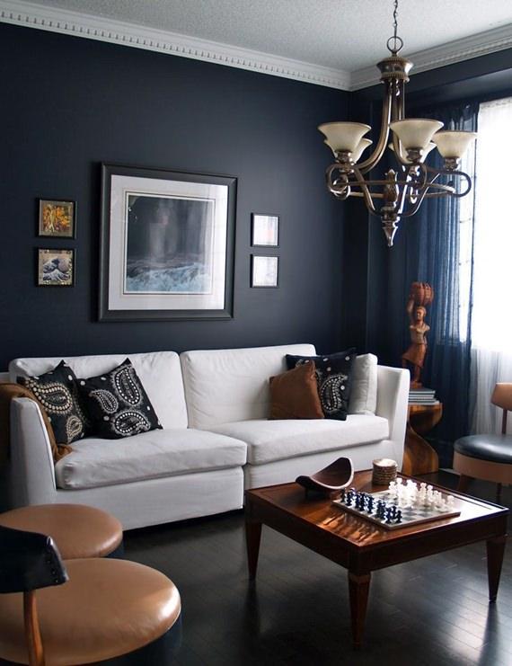 Almofada escura no sofá claro