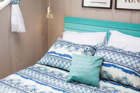 Cabeceira pintada de azul