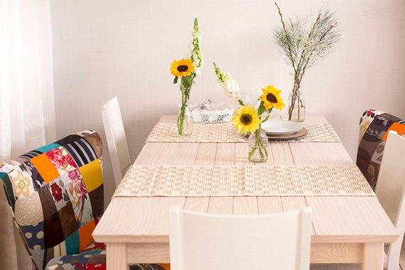 Mesa decorada com flores do campo